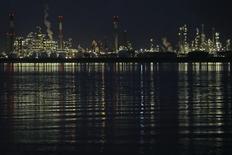 НПЗ Total в Донже. 23 октября 2015 года. Цены на американскую нефть WTI растут за счет снижения запасов на распределительном центре в Кушинге. REUTERS/Stephane Mahe