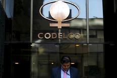 El logo de la minera chilena Codelco, visto en su sede en el centro de Santiago, Chile, 1 de septiembre de 2015. El gobierno chileno dijo el miércoles que realizará una capitalización extraordinaria de 600 millones de dólares en la minera estatal Codelco, los que serán destinados a apoyar los planes de expansión que impulsa la compañía. REUTERS/Ivan Alvarado