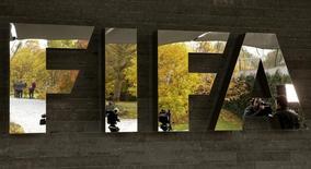 Эмблема ФИФА при входе в штаб-квартиру федерации в Цюрихе. 20 октября 2015 года. Международная федерация футбола (ФИФА), переживающая крупнейший коррупционный кризис в своей истории, подтвердила в среду регистрацию семи человек в качестве кандидатов на пост президента организации, а единственным выбывшим из гонки неожиданно стал гражданин Тринидада и Тобаго Дэвид Нахид. REUTERS/Arnd Wiegmann