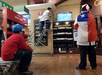 Empleados de un supermercado miran el partido entre Chile y México por la Copa América 2015, en La Serena, Chile, 15 de junio de 2015. Las ventas reales de los supermercados en Chile crecieron sólo un 0,5 por ciento interanual en septiembre, afectadas por un negativo efecto calendario y en medio de la debilidad de la economía local, según datos difundidos el jueves por el Gobierno. REUTERS/Marcos Brindicci