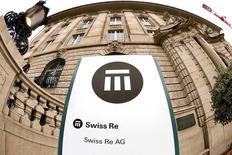 Логотип Swiss Re у штаб-квартиры компании в Цюрихе. 23 сентября 2015 года. Швейцарская Swiss Re, вторая по величине компания в мире на рынке перестрахования, сообщила о намерении запустить процедуру обратного выкупа акций в следующем месяце после того, как квартальная прибыль компании неожиданно превысила аналогичный показатель прошлого года. REUTERS/Arnd Wiegmann