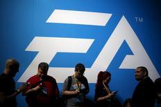 """Electronic Arts (EA) a relevé jeudi ses prévisions de bénéfice et de chiffre d'affaires pour l'ensemble de son exercice décalé en misant sur le succès de ses jeux """"Star Wars: Battlefront"""" et """"Need for Speed"""" qui seront lancés pour la période de Noël. L'éditeur de jeux vidéo table désormais sur un bénéfice par action de 3,00 dollars, au lieu de 2,85 précédemment, et sur un chiffre d'affaires ajusté de 4,50 milliards de dollars (4,1 milliard d'euros) au lieu de 4,45 milliards. /Photo prise le 17 juin 2015/REUTERS/Lucy Nicholson"""