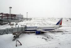 Самолет компании Трансаэро в аэропорту Домодедово. 28 января 2005 года. Перелет из Москвы в Нью-Йорк и обратно на новогодние каникулы обошелся бы москвичке Жанне всего лишь в 16.000 рублей, но за несколько месяцев до вылета она узнала, что ее рейс отменен. Теперь, чтобы купить новый билет до Нью-Йорка на те же даты, ей пришлось бы добавить к возвращенной ей стоимости билета еще как минимум 32.000 рублей. REUTERS/Pawel Kopczynski
