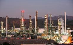 Imagen de archivo de la refinería de petróleo de la estatal ENAP en Concón, Chile, mayo 24, 2010. La petrolera estatal chilena ENAP dijo el viernes que sus ganancias más que se duplicaron al tercer trimestre frente a igual lapso del año pasado, impulsadas principalmente por mejoras en sus márgenes de refinación y una disminución en sus costos. REUTERS/Eliseo Fernandez