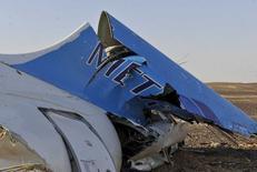 Обломки российского авиалайнера на Синайском полуострове близ Эль-Ариша 31 октября 2015 года. Российский авиалайнер, на борту которого было 224 человека, разбился в горном районе египетского Синайского полуострова в субботу вскоре после того, как исчез с радаров на крейсерской высоте; все пассажиры и члены экипажа погибли. REUTERS/Stringer