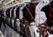 Рабочий на заводе Beijing Benz Automotive Co. в Пекине 31 августа 2015 года. Производственная активность в Китае замедлилась в октябре восьмой месяц подряд, но темпы снижения были более медленными, чем раньше, на фоне оживления экспортных заказов. REUTERS/Kim Kyung-Hoon