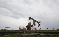 Una unidad de bombeo de petróleo en el norte de Ufa, Rusia, 11 de julio de 2015. La producción de petróleo de Rusia subió un 0,4 por ciento en octubre, a 10,78 millones de barriles por día (bpd), un máximo tras la era soviética, mostraron datos del Ministerio de Energía el lunes. REUTERS/Sergei Karpukhin