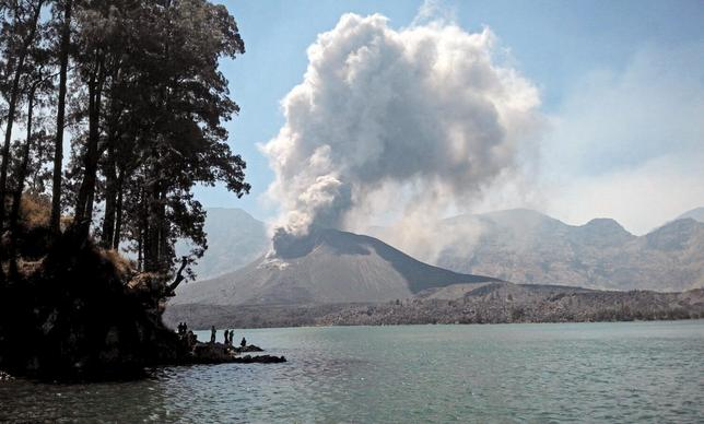 Volcanic ash is seen during an eruption inside the crater of Mount Rinjani on the Indonesian island of Lombok October 25, 2015 in this photo taken by Antara Foto. REUTERS/Lalu Edi/Antara Foto