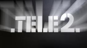"""Логотип Tele2 на офисе продаж компании в Санкт-Петербурге 2 апреля 2013 года. Группа Tele2 в Казахстане - """"дочка"""" шведского мобильного дискаунтера Tele2 и Казахтелеком с торговой маркой  Altel объединяются в СП, контроль в котором останется у Tele2, говорится в совместном сообщении компаний. REUTERS/Alexander Demianchuk"""