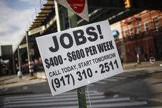 Un anuncio de empleo en una calle en Brooklyn, EEUU, oct 23, 2013. Los empleadores privados en Estados Unidos mantuvieron un ritmo constante de contrataciones en octubre y un alza en las nuevas órdenes impulsó la actividad en el sector servicios, lo que sugiere que la economía se encuentra lo suficientemente sólida como para respaldar un alza de tasas de interés en diciembre.   REUTERS/Shannon Stapleton