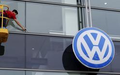 """Volkswagen a admis jeudi que ses modèles diesel de luxe circulant en Europe étaient équipés du même logiciel """"Auxiliary Emissions Control Device"""" (AECD) accusé aux Etats-Unis de servir à fausser des tests anti-pollution. /Photo prise le 16 octobre 2015/REUTERS/Marcelo del Pozo"""