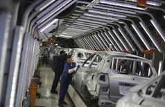 Trabajaradores brasileños pulen autos Ford en una línea de ensamblaje en la planta de la compañía en Sao Bernardo do Campo, cerca de Sao Paulo, 13 de agosto de 2013. La producción de vehículos en Brasil subió un 17,4 por ciento en octubre con respecto a septiembre, pero las ventas cayeron un 4,0 por ciento, dijo el viernes la  asociación local de fabricantes de automóviles.REUTERS/Nacho Doce