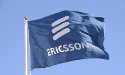 Флаг с логотипом Ericsson у штаб-квартиры компании в Стокгольме. 11 марта 2015 года. Производитель оборудования для сетей связи Ericsson и мировой лидер в области сетевых технологий Cisco Systems договорились о стратегическом партнёрстве, которое должно принести каждой компании дополнительный $1 миллиард выручки к 2018 году. REUTERS/Jonas Ekstromer/TT News Agency