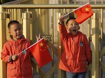 Gêmeos segurando bandeiras da China em Pequim.  02/11/2015    REUTERS/Kim Kyung-Hoon