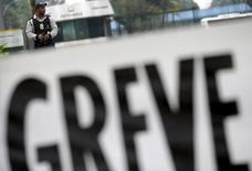 Un guardia de seguridad custodiando la refinería Duque de Caxias de Petrobras, cerca de Río de Janeiro, 3 de noviembre de 2015. Petrobras y sus sindicatos no llegaron a un acuerdo el lunes sobre las demandas de los trabajadores para que la petrolera estatal brasileña revierta unos recortes presupuestarios y cancele la venta de activos, dijeron funcionarios sindicales y de la empresa.  REUTERS/Ricardo Moraes