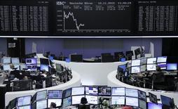 Помещение фондовой биржи во Франкфурте-на-Майне. 10 октября 2015 года. Европейские фондовые рынки снизились во вторник из-за потерь сырьевых акций и политической нестабильности в Португалии, несмотря на сильный отчет Vodafone. REUTERS/Staff/remote