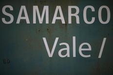 Placa rodoviária indica direção para barragens da Samarco, de propriedade da  Vale e da BHP Billiton, em Mariana (MG) 10/11/2015.  REUTERS/Ricardo Moraes