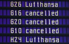 Табло в аэропорту Мюнхена 9 ноября 2015 года. Немецкий авиаперевозчик Lufthansa отменит в среду 930 рейсов из-за забастовки летного персонала, рискующей стать самой продолжительной в истории немецкой авиации. REUTERS/Michael Dalder