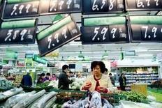 Una mujer compra en un supermercado en Hangzhou, China, 10 de noviembre de 2015. China aumentará el apoyo a sus políticas financieras y fiscales para impulsar el consumo, dijo el miércoles el Gobierno. REUTERS/China Daily