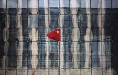 Una bandera de China en la sede de un banco comercial en una calle de un distrito financiero, cerca del Banco Central de China, en Pekín, 24 de noviembre de 2014. China atrajo 639.400 millones de yuanes (100.420 millones de dólares) en inversión extranjera directa (IED) en los primeros 10 meses del 2015, un alza de 8,6 por ciento respecto al año pasado, dijo el miércoles el Ministerio de Comercio. REUTERS/Kim Kyung-Hoon/Files