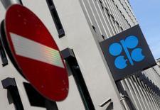 El logo de la OPEP, fotografiado en su sede en Viena, Austria, 21 de agosto de 2015. El ministro de Petróleo de Ecuador, que forma parte de la OPEP,  dijo el miércoles que la única manera de equilibrar al mercado es reduciendo la producción y que busca alcanzar un acuerdo en la reunión que sostendrá el grupo productor en diciembre. REUTERS/Heinz-Peter Bader