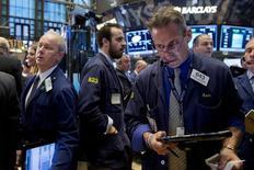 Трейдеры на торгах Нью-Йоркской фондовой биржи 4 ноября 2015 года. Уолл-стрит закрылась снижением в среду - инвесторы продавали нефтяные акции и спешили сбросить бумаги ритейлеров после слабого прогноза розничной сети Macy's.  REUTERS/Brendan McDermid