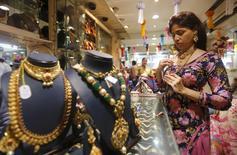 Ювелирный магазин в Мумбаи. 9 ноября 2015 года. Цены на золото держатся вблизи трехмесячного минимума, пока инвесторы ждут комментариев нескольких чиновников ФРС. REUTERS/Shailesh Andrade