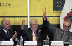 Fernando Del Paso é saudado em evento no México junto com Fuentes e Gabriel Garcia Márquez.  24/11/2007. REUTERS/Hector Guerrero