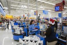 Una persona pagando sus compras en una tienda Walmart en Secaucus, Nueva Jersey, 11 de noviembre de 2015. Las ventas minoristas de Estados Unidos subieron menos de lo previsto en octubre ante un sorpresivo declive de las compras de autos, dijo el Departamento de Comercio el viernes. REUTERS/Lucas Jackson