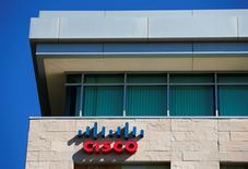 Cisco Systems est l'une des valeurs à suivre à Wall Street, l'équipementier des réseaux ayant publié jeudi des résultats trimestriels supérieurs aux attentes mais ses prévisions pour le trimestre en cours ont déçu les analystes. L'action perdait 5,6% dans les échanges en avant-Bourse. /Photo d'archives/REUTERS/Mike Blake
