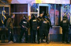 Polícia protege área perto da casa de shows Bataclan após uma série de tiroteios fatais em Paris, na França, na sexta-feira. 13/11/2015 REUTERS/Christian Hartmann