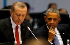El presidente estadounidense, Barack Obama, escucha el discurso inaugural de la cumbre del G-20 ofrecido por el mandatario turco, Recep Tayyip Erdogan, en la ciudad de Antalya. Noviembre 15, 2015. REUTERS/Jonathan Ernst
