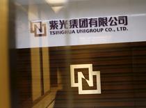 El logo de Tsinghua Unigroup, en su oficina en Pekín, China, 15 de noviembre de 2015. La compañía china Tsinghua Unigroup planea invertir 300.000 millones de yuanes (47.000 millones de dólares) en los próximos cinco años para convertirse en el tercer fabricante mundial de chips, dijo el lunes el presidente de directorio del conglomerado estatal de tecnología. REUTERS/Kim Kyung-Hoon