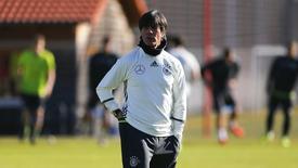 Técnico da seleção da Alemanha, Joachim Loew, durante treino da equipe em Munique. 11/11/2015 REUTERS/Michael Dalder