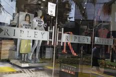 Una tienda de Ripley, vista en el distrito comercial de San Isidro, en Lima, 16 de octubre de 2014. La minorista chilena Ripley reconoció el miércoles que está en contacto con otros actores de la industria, como la mexicana Liverpool, para explorar posibilidades de negocios en la región, pero enfatizó que no ha alcanzado ningún resultado concreto. REUTERS/Enrique Castro-Mendivil