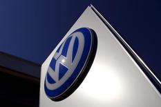 Логотип Volkswagen в дилерском центре в пригороде Сиднея. 3 октября 2015 года. Юридическая фирма Maurice Blackburn подаёт коллективный иск от имени австралийских владельцев автомобилей немецкого концерна Volkswagen AG, предусматривающий компенсацию в размере 100 миллионов австралийских долларов ($71,59 миллиона). REUTERS/David Gray