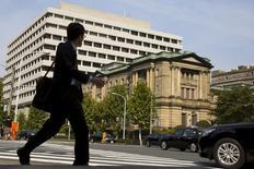 Un hombre pasea junto al edificio del Banco de Japón, en Tokio. El Banco de Japón mantuvo su ritmo actual de estímulo monetario el jueves, aferrándose a la esperanza de que la recuperación económica está cerca pese a la debilidad en el gasto de capital doméstico y unas desafiantes condiciones globales de negocios. REUTERS/Thomas Peter