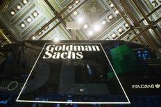 El logo de Goldman Sachs visto en la Bolsa de Nueva York, 24 de enero de 2014. El precio de las materias primas podría sufrir otra fuerte caída, ya que el ajuste en los suministros de los productores de energía, metales y agrícolas sigue siendo insuficiente ante la debilitada demanda de consumidores clave como China, afirmó el banco de inversión estadounidense Goldman Sachs. REUTERS/Lucas Jackson
