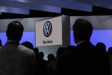 Люди на пресс-конференции Volkswagen в Нью-Йорке 20 апреля 2011 года. Американские власти начали расследование в отношении немецкой компании Robert Bosch GmbH на предмет ее участия в схеме Volkswagen AG по обходу американских стандартов выхлопных газов, сообщили источники, знакомые с ситуацией. REUTERS/Jessica Rinaldi