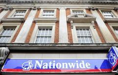 Отделение Nationwide в Лондоне. 27 мая 2009 года. Прибыль ипотечного оператора Nationwide подскочила более чем на четверть за последние полгода, чему способствовал рекордный уровень ипотечного кредитования, а также приток более четверти миллиона новых клиентов. REUTERS/Toby Melville