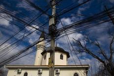 Электрические провода рядом с мечетью в Симферополе 14 марта 2014 г. REUTERS/Thomas Peter