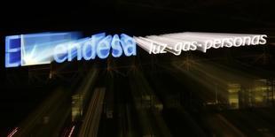 El logo de Endesa en su sede de Madrid el 24 de febrero de 2015. La eléctrica española Endesa anunció el lunes una actualización de sus guías estratégicas, con revisiones al alza para las ganancias previstas en el 2015 y el 2016. REUTERS/Sergio Pérez