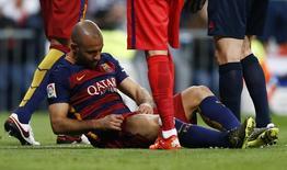 Javier Mascherano sofre lesão no clássico Real Madrid x Barcelona. 21/11/2015 Reuters / Stringer