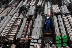 Productos de acero de la siderúrgica alemana Lech-Stahlwerke GmbH en una planta cerca de Augsburgo el 9 de octubre de 2012. Un aumento del consumo privado interno en Alemania y un mayor gasto estatal en los refugiados más que contrarrestaron la debilidad en el comercio exterior, lo que ayudó a la mayor economía de Europa a crecer a un ritmo modesto en el tercer trimestre, mostraron datos reportados el martes. REUTERS/Michaela Rehle