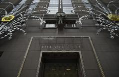 Tiffany & Co, le joaillier haut-de-gamme américain, annonce une baisse inattendue de son chiffre d'affaires à 938,2 millions de dollars au troisième trimestre, le dollar fort ayant restreint les achats de touristes étrangers aux Etats-Unis et réduit la valeur des ventes du groupe à l'international. /Photo d'archives/REUTERS/Mike Segar