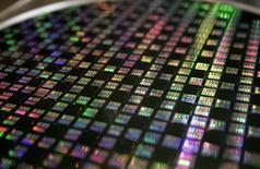 Le fabricant de puces Microsemi Corp a racheté PMC-Sierra pour 2,5 milliards de dollars, remportant ainsi la bataille qui l'a opposé pendant plusieurs mois à Skyworks Solutions. /Photo d'archives/REUTERS/Richard Chung