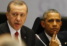 Президенты США и Турции Барак Обама и Тайип Эрдоган на саммите G20 в Анталье. 15 ноября 2015 года. Президенты США и Турции Барак Обама и Тайип Эрдоган в телефонном разговоре во вторник согласились с необходимостью снизить напряжение в отношениях Анкары и Москвы на фоне крушения российского военного самолёта Су-24, сообщил Белый дом. REUTERS/Murad Sezer