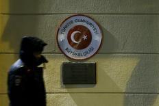 Полицейский охраняет посольство Турции в Москве. 24 ноября 2015 года. Кремль говорит, что Москва и Анкара не ведут диалога после того, как накануне Турция сбила российский бомбардировщик на сирийско-турецкой границе. REUTERS/Maxim Shemetov