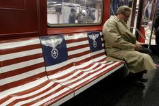 Anúncios de programa da Amazon.com com imagens de inspiração nazista em movimentada linha de metrô de Nova York.   24/11/2015    REUTERS/Brendan McDermid