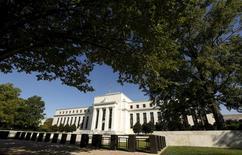 """El edificio de la Reserva Federal en Washington, sep 16, 2015. Los funcionarios de la Reserva Federal de Estados Unidos, que tienen previsto subir las tasas de interés el próximo mes, ya están tomando posiciones para un debate que seguiría al """"despegue"""" de las tasas.  REUTERS/Kevin Lamarque"""